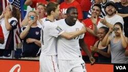Clarence Goodson (izq.) celebra el único gol del partido anotado por Jozy Atidore, con lo que aseguraron su pase a cuartos de final.