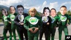 在德國,工業7國峰會舉行的酒店門外,示威者戴上7國領導人的面具舉行示威。