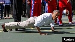 美国总统奥巴马在白宫南草坪庆祝复活节打篮球期间做俯卧撑 (2012年4月9日)