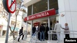 塞浦路斯人等待銀行開門