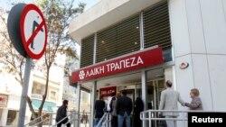 Khách hàng đứng đợi trước một ngân hàng ở Nicosia, Síp, 29/3/2013