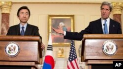 Menlu AS John Kerry dalam konferensi pers bersama Menlu Korsel Yun Byung-se di Washington DC, Senin (2/4).