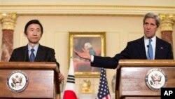 4月2日美國國務卿克里與韓國外長尹炳世會面後向媒體發表談話