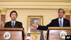 4月2日美国 国务卿克里与韩国外长尹炳世一起发表谈话