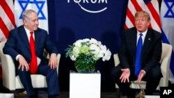 Le président Donald Trump rencontre le Premier ministre israélien Benjamin Netanyahu lors du Forum économique mondial, à Davos, Suisse, 25 janvier 2018.