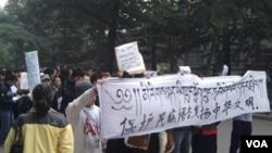 Aksi protes pelajar Tibet mendesak pejabat provinsi membatalkan rencana mengakhiri bahasa Tibet sebagai bahasa pengantar di sekolah-sekolah.
