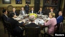 Pertemuan di Camp David dari kiri: PM Yoshihiko Noda, PM Mario Monti, PM Stephen Harper, Presiden F.Hollande, Presiden Barack Obama, PM David Cameron, PM Dmitri Medvedev, Kanselir Angela Merkel, Presiden Herman Van Rompuy dan President JM Barosso (18/5).