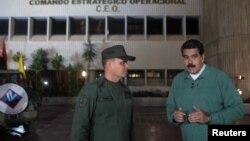委内瑞拉总统马杜洛(右)7月12日发表全国讲话期间同国防部长在一起