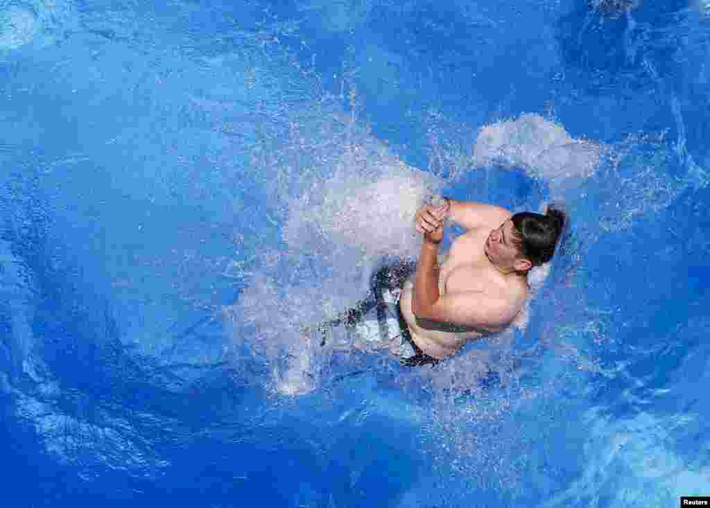 Một bé trai nhảy từ một cầu cao 10 mét xuống hồ bơi trong một ngày nóng mùa hè tại Hall in Tirol, Australia.