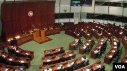香港行政長官梁振英出席立法會答問大會,回答議員有關他的違建問題