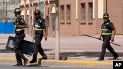 新疆伽師縣街頭巡邏的警察 (資料照片)