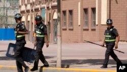 資料照 新疆伽師縣街頭巡邏的警察。