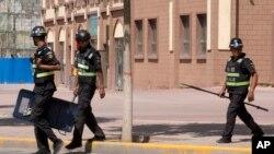 在新疆街头巡逻的警察(资料照片)