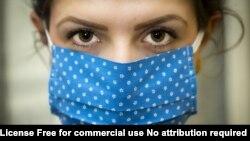 نمونهای از استفاده نادرست ماسک: ماسک به درستی روی صورت قرار نگرفته است، اطراف آن شکاف باز دارد، و چون تا زیر چشم بالا آمده است، در صورت استفاده از عینک، موجب بخار کردن آن میشود.