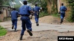 Des policiers chassent des manifestants à Bujumbura, le 20 mai 2015. (AP Photo/Jerome Delay)