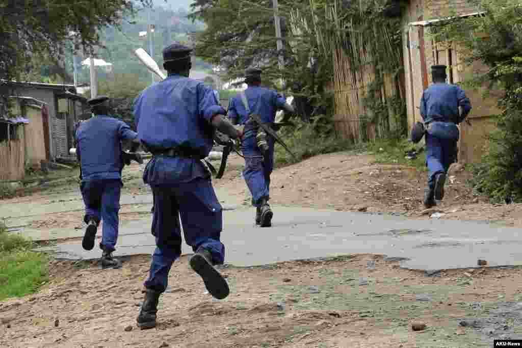 A polícia corre atrás dos manifestantes no bairro Musaga de Bujumbura, 20 de Maio, 2015