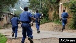 Des policiers burundais pourchassent des manifestants à Bujumbura, le mercredi 20 mai 2015.