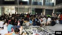 數百名香港市民星期四晚參與學民思潮佔領香港特區政府總部的論壇及分享會,討論反國民教育的後續行動