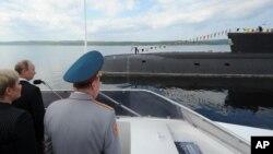 Фото: президент Росії Путін під час дня ВМС в Сєвєроморську в 2014 - місця базування підводного апарату, де трапилась пожежа