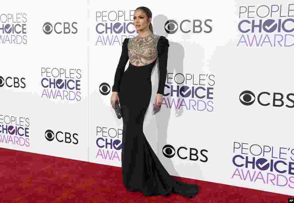 នាងJennifer Lopez បានមកដល់ពិធីផ្តល់ពានរង្វាន់People's Choice Awards នៅសាលក្រុមហ៊ុនMicrosoft កាលពីថ្ងៃពុធ នៅទីក្រុងLos Angeles។