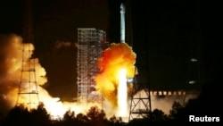 24일 새벽 중국 쓰촨성 시창 위성발사센터에서 달 탐사위성을 탑재한 창정 3호가 발사되고 있다.