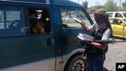 داعش کا ایک کارندہ موصل میں لوگوں میں قرآن کے نسخے تقسیم کر رہا ہے