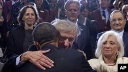 美国总统奥巴马4月23号在大屠杀博物馆和诺贝尔和平奖得主伊利·威塞尔拥抱。