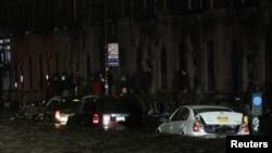 Bão Sandy gây lũ lụt ở khu vực hạ Manhattan thuộc thành phố New York. 250.000 cư dân trong thành phố này đang chịu cảnh mất điện