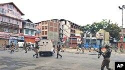 印度准军事部队士兵在颁布宵禁的城市斯利纳加街上巡逻