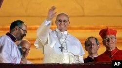 Ðức Giáo Hoàng Phanxicô vẫy chào từ ban công của Vương Cung Thánh Đường Thánh Phêrô, ngày 13/3/2013.