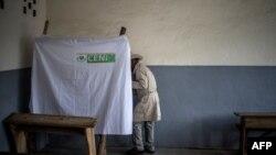 Seorang pemilih memasuki bilik suara di sebuah TPS di Antananarivo, Madagaskar, 7 November 2018. (Foto: dok).