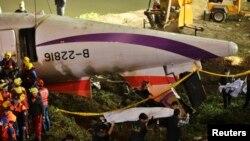4일 타이완 타이페이에서 구조요원들이 추락한 '트랜스아시아' 여객기를 인양하고 있다.