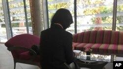 被中國國家監委扣押和調查的國際刑警組織主席孟宏偉的妻子格蕾絲·孟2018年10月7日在法國中部里昂的一家酒店大堂查看手機。她不讓拍攝正面照片。