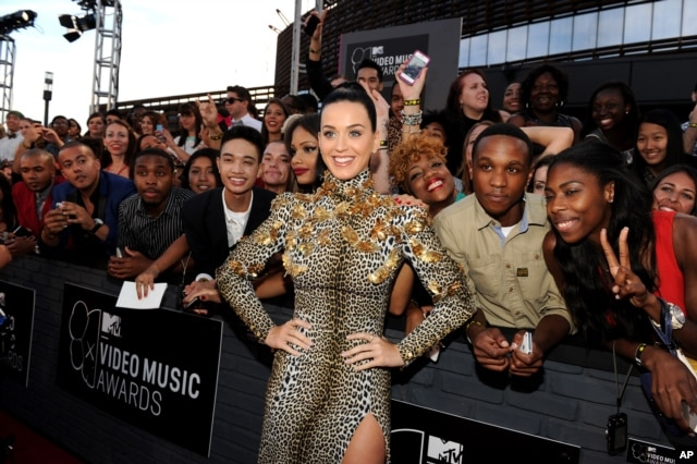 Katy Perry arrives on the red carpet at the 2013 MTV Video Music Awards at the Barclay Center on Aug. 25, 2013 in New York.