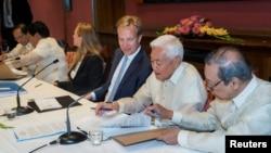 26일 필리핀 정부와 반군 대표들이 양측간 평화회담을 중재한 노르웨이 외무부에서 무기한 휴전협정을 체결했다.