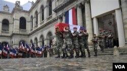 Peti jenasah tentara Perancis yang tewas di Afghanistan diarak di Paris (Foto: dok). Dua orang utusan Perancis tewas di Lembah Tagab, provinsi Kapisa, Afghanistan, Kamis (29/12).