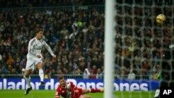 Cristiano Ronaldo du Real Madrid , à gauche, tente de marquer un but contre Rayo Vallecano au stade Santiago Bernabeu à Madrid, Espagne , le samedi 8 novembre 2014. (AP Photo / Andres Kudacki)
