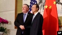 Ngoại trưởng Mike Pompeo và Ủy viên Quốc vụ viện, Uỷ viên Bộ Chính trị Trung Quốc Dương Khiết Trì tại Nhà khách Điếu Ngư Đài, Bắc Kinh, ngày 8/10/2018.