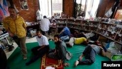 صدر مرسی کے زخمی حامی ایک پولیس اسٹیشن میں پناہ لیے ہوئے ہیں جسے عارضی اسپتال میں تبدیل کردیا گیا ہے