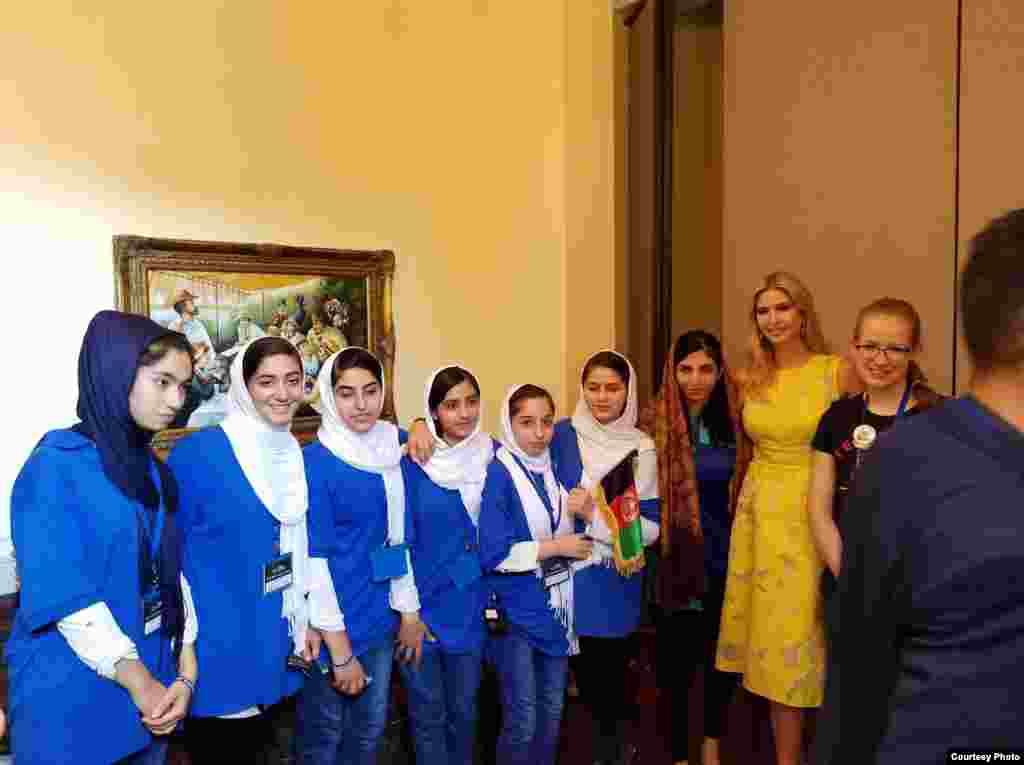 伊万卡·川普会见在华盛顿机器人比赛里荣获银牌的阿富汗女孩代表队(阿富汗大使馆2017年7月18日发表的图片)。全球机器人挑战赛是一项面向青少年的竞赛,始于1992年,今年吸引了上百个国家和地区的队伍参加。