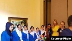 Ivanka Trump (baju kuning), putri Presiden AS Donald Trump mengunjungi tim robotika pelajar putri Afghanistan di Washington DC. (Courtesy: Kedutaan Afghanistan)