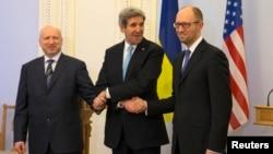 우크라이나 키예프를 방문한 존 케리 미국 국무장관이 4일 우크라이나 과도정부 관계자들 평화적인 사태 해결 방안을 논의했다.
