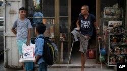 Atalla Fayoumi (kanan), remaja Palestina berusia 18 tahun yang kehilangan kaki kanannya akibat tembakan tentara Israel (Foto: AP).