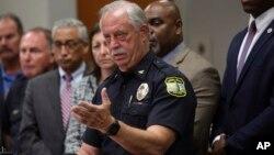 Cảnh sát trưởng của Virginia Beach, ông James Cervera, họp báo hôm 31/5/2019