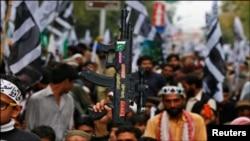 یوم پاکستان کے موقع پر کراچی میں ریلیوں میں شریک کارکنان