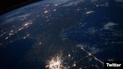 국제우주정거장에서 활동하고 있는 미 항공우주국(NASA) 소속 스콧 켈리 씨가 촬영한 한반도의 밤 사진. 한국은 불빛으로 환하지만, 북한은 암흑에 쌓여있다.
