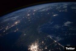미 항공우주국(NASA) 소속 우주비행사 스콧 켈리 씨가 촬영한 한반도의 밤 사진. 한국은 불빛으로 환하지만, 북한은 암흑에 쌓여있다.