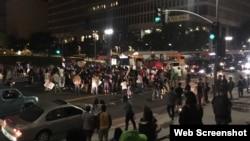 维州暴力事件后,洛城市政府前的示威(网路截图)