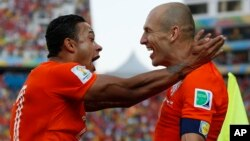 Netherlands' Memphis Depay, left, celebrates with teammate Arjen Robben after scoring his side's second goal during the group B World Cup soccer match between the Netherlands and Chile at the Itaquerao Stadium in Sao Paulo, June 23, 2014.