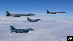 参加训练的美国超音速战略轰炸机B1-B和日本航空自卫队的F-2战斗机(2017年8月8日)
